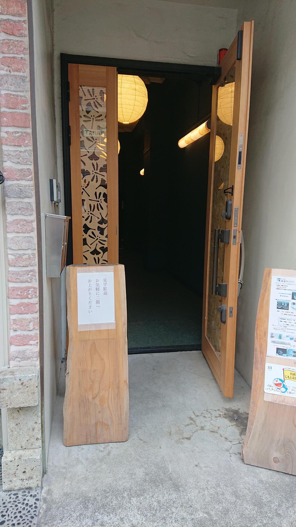 川崎稲毛神社の神木「イチョウ」と勝ち虫と呼ばれ縁起の良い「トンボ」をあしらった扉を入っていきます