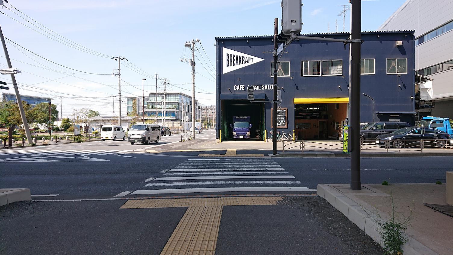 この道をまっすぐ、突き当りを右に曲がります