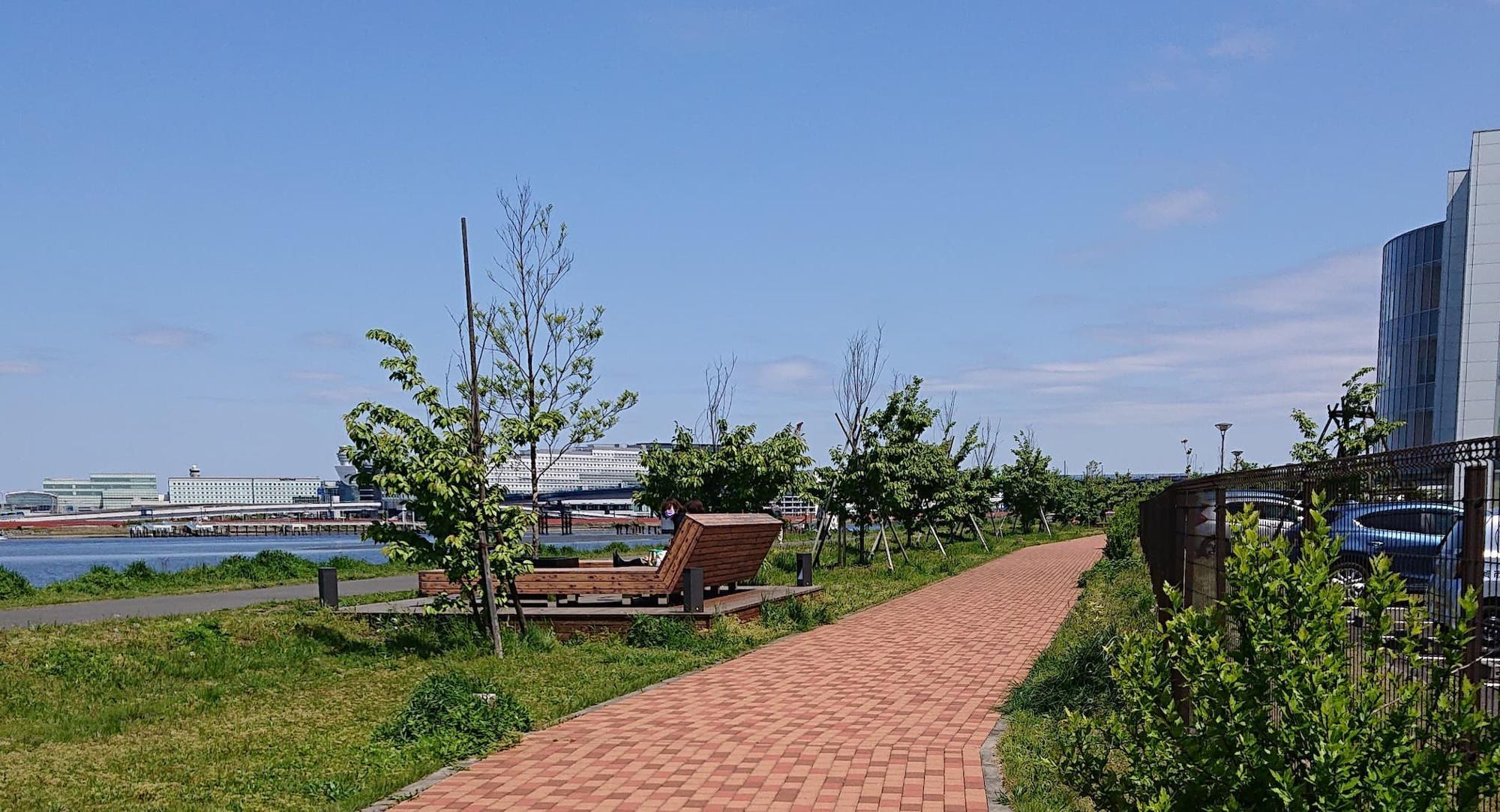 川沿いにはベンチもあります