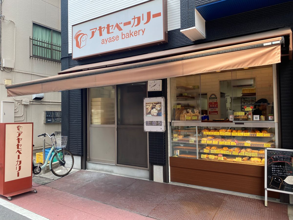 店頭販売をしているすぐ隣でパンを製造しているようです。