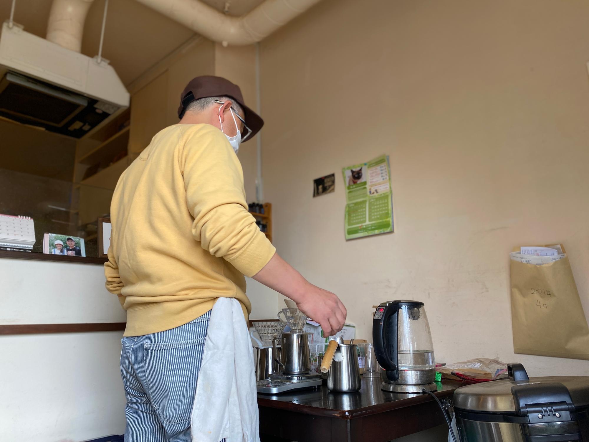 マスターがコーヒーを丁寧に淹れている間に、お料理担当のみぃさんとおしゃべりできて楽しい