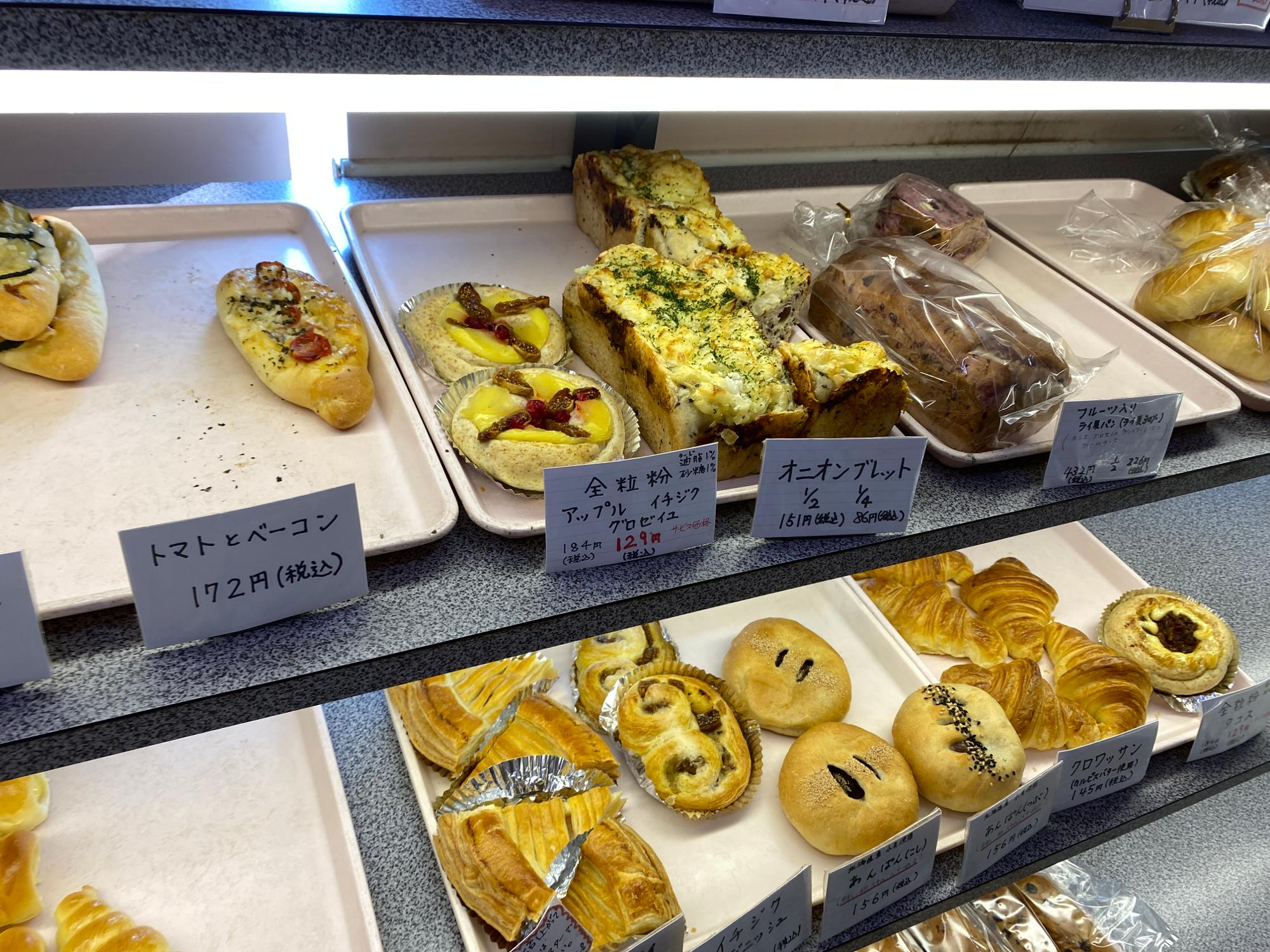 たくさんの種類のお総菜パンや菓子パンなど