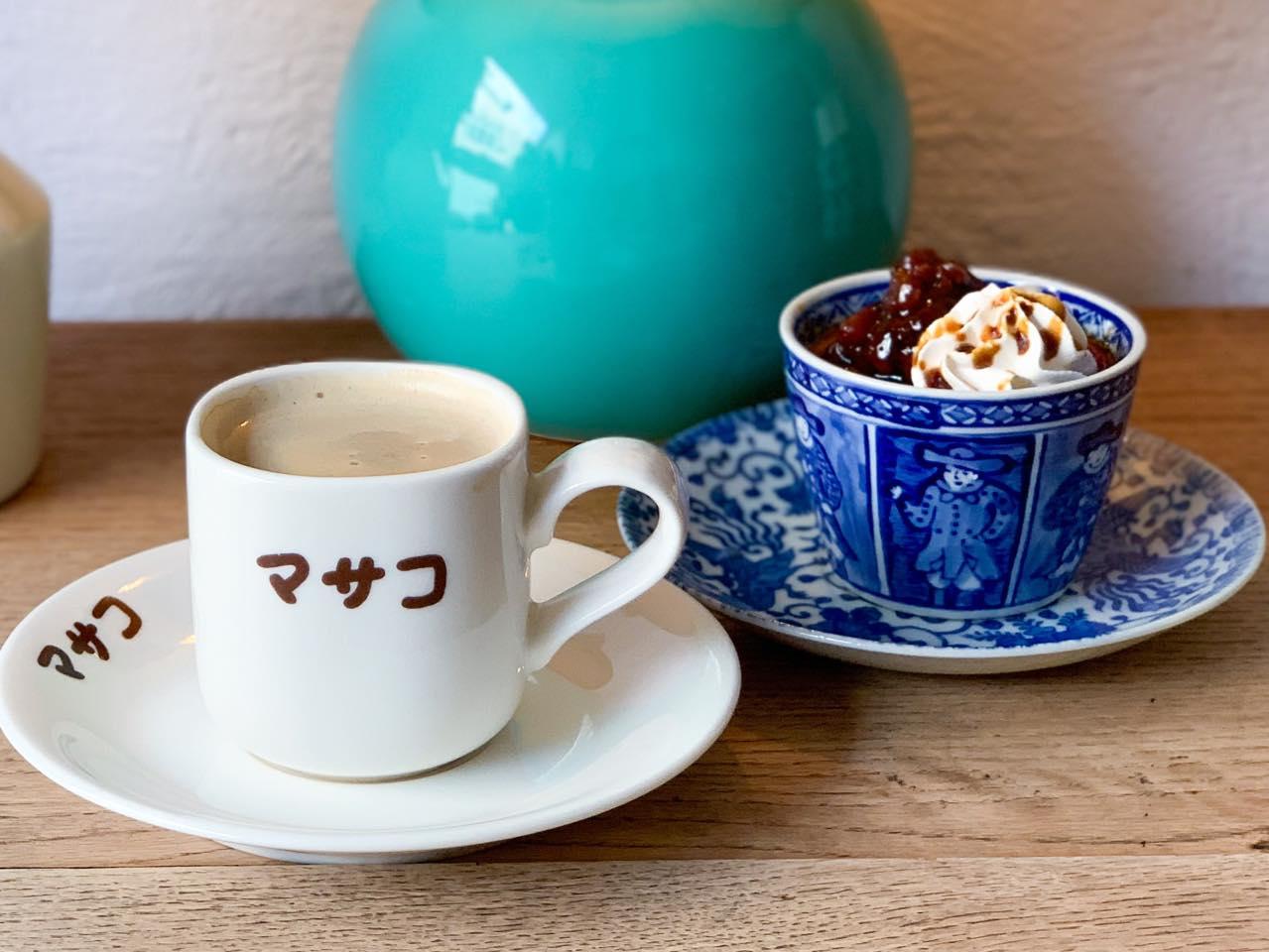 左:「カフェオレ(HOT)」770円 右:「黒蜜と小豆の和風プリン」660円