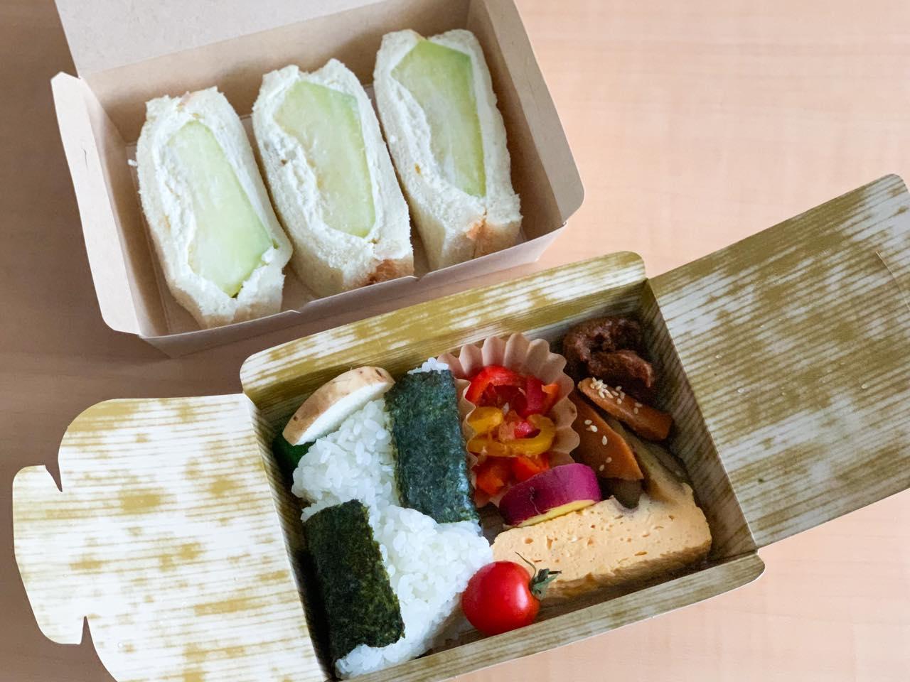 奥「ほこたメロンサンド」900円 手前「鉾田おにぎり弁当」700円