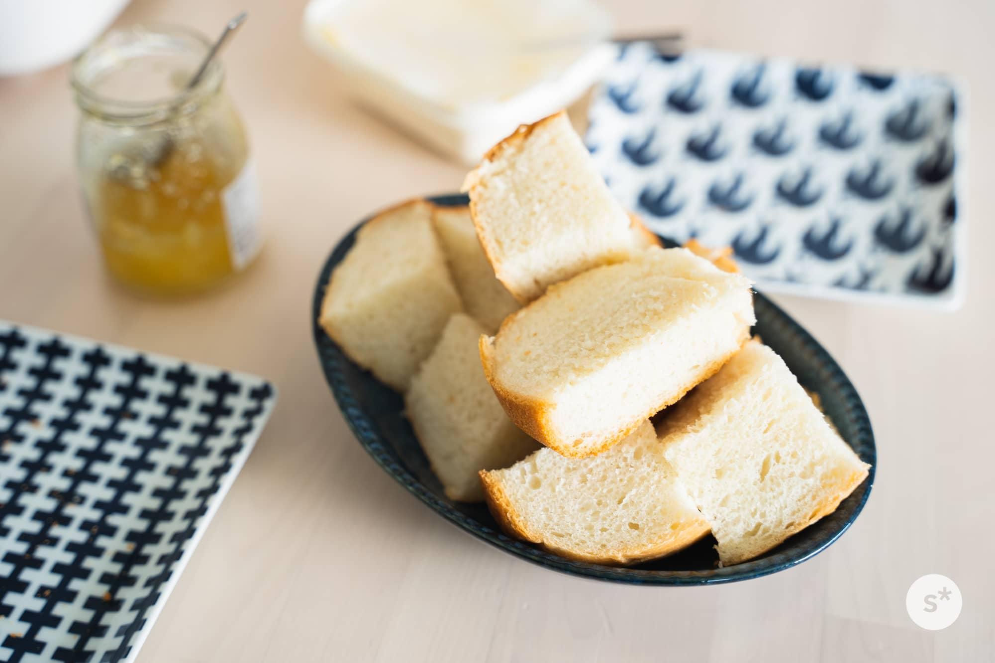 ふわふわの焼きたてパンにジャムをたっぷり塗って