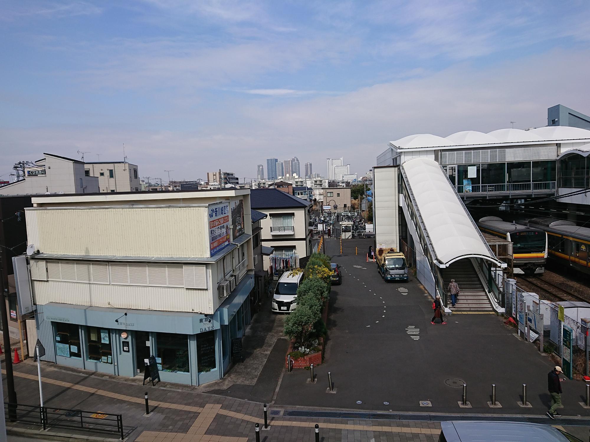 JR南武線・鹿島田駅とJR横須賀線・新川崎駅を結ぶペデストリアンデッキから撮影。奥には武蔵小杉の高層マンション群が見えます。