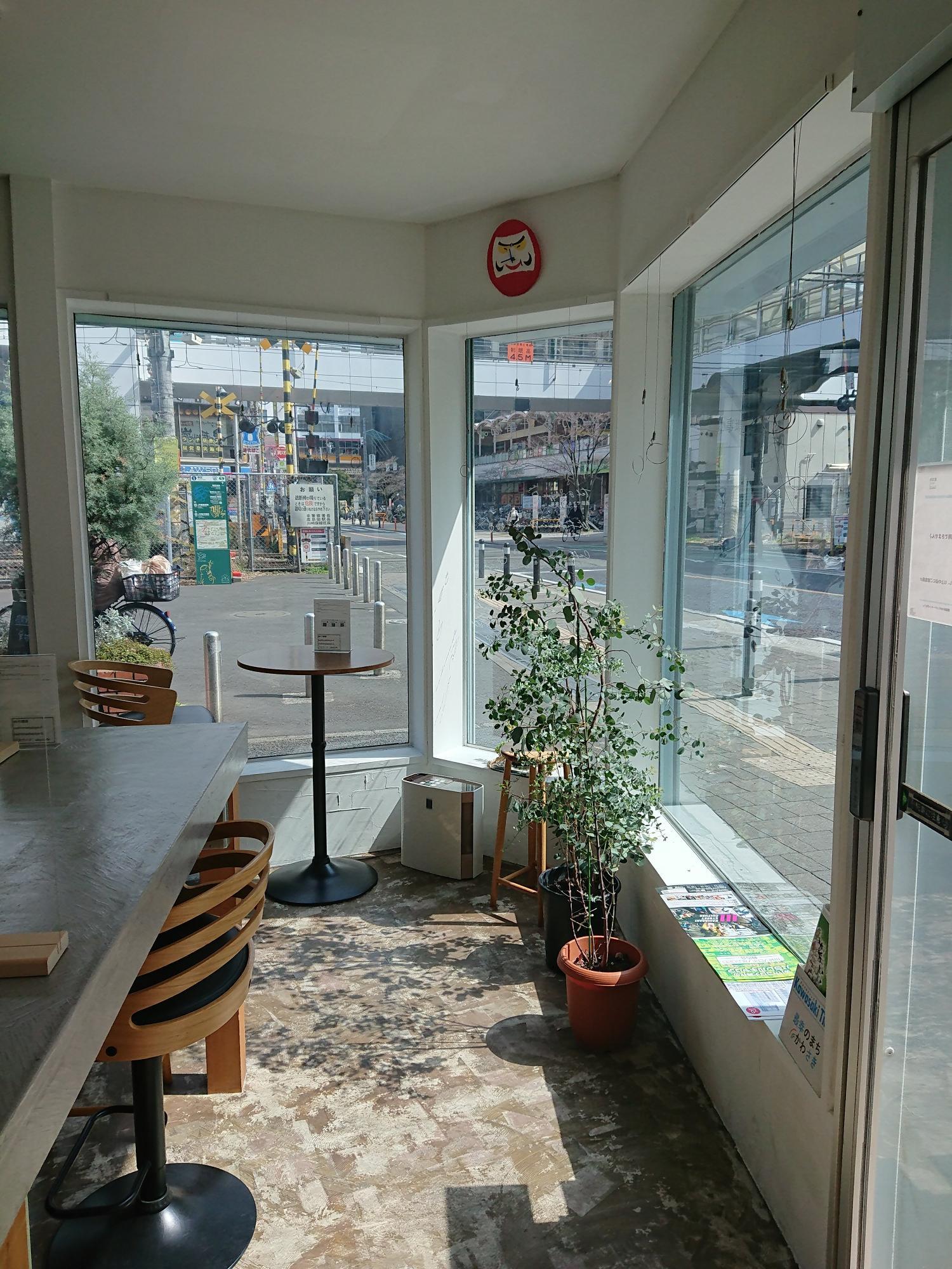カフェの音楽と時々聞こえる踏切の音が心地よい窓際のスペース。