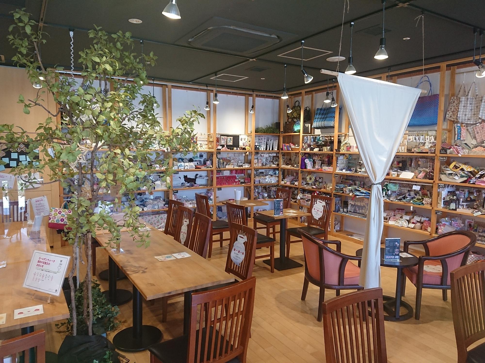 広い店内で、ソーシャルディスタンスを保ったうえで営業されています。