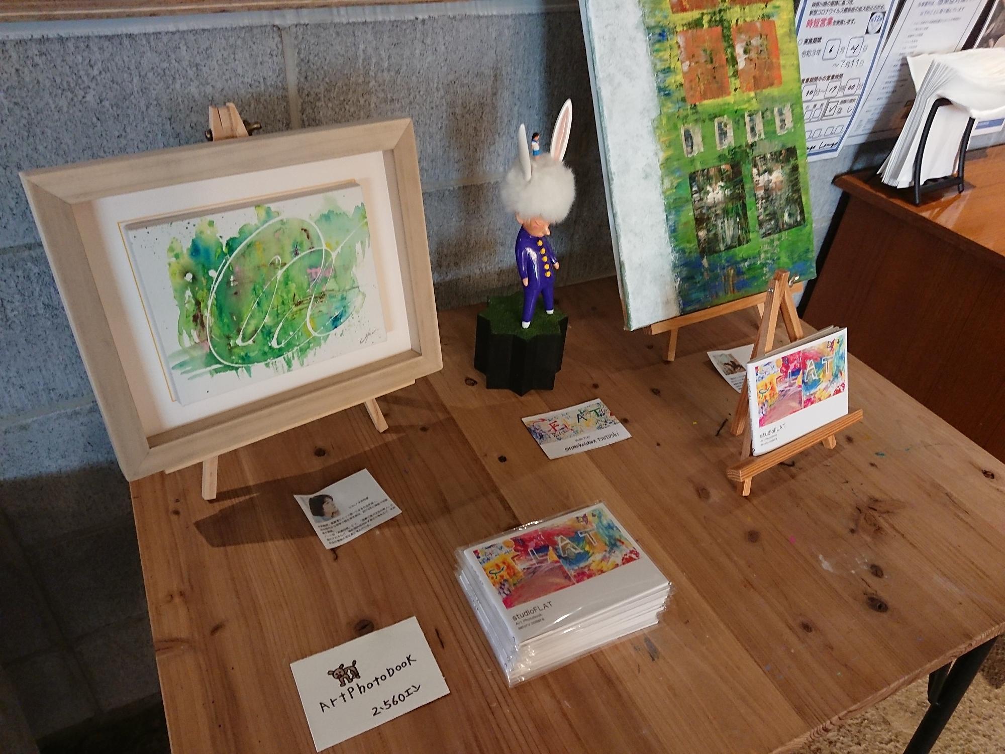 CHILLの店内にアート作品が飾られています。