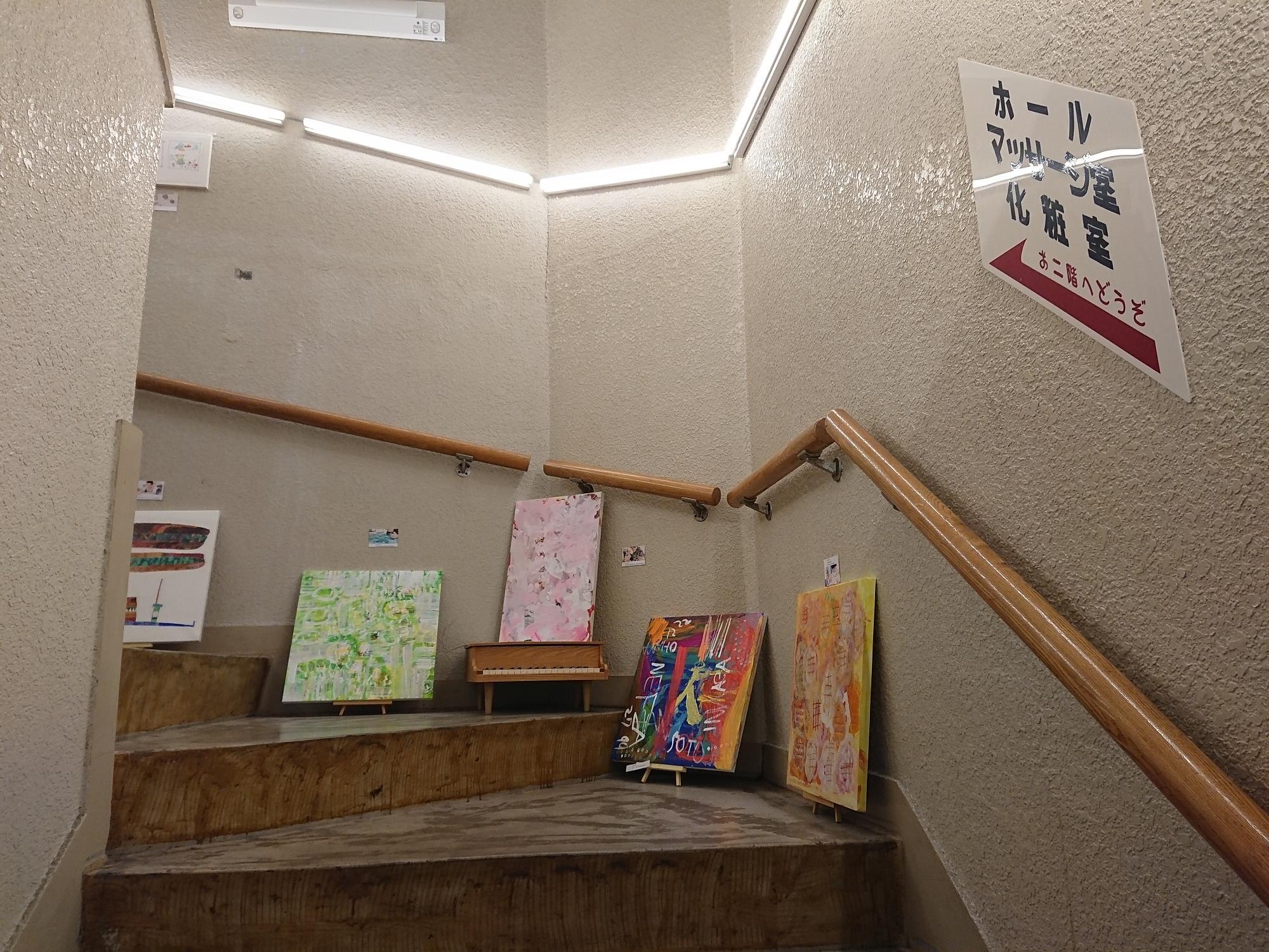 階段にもアート展示