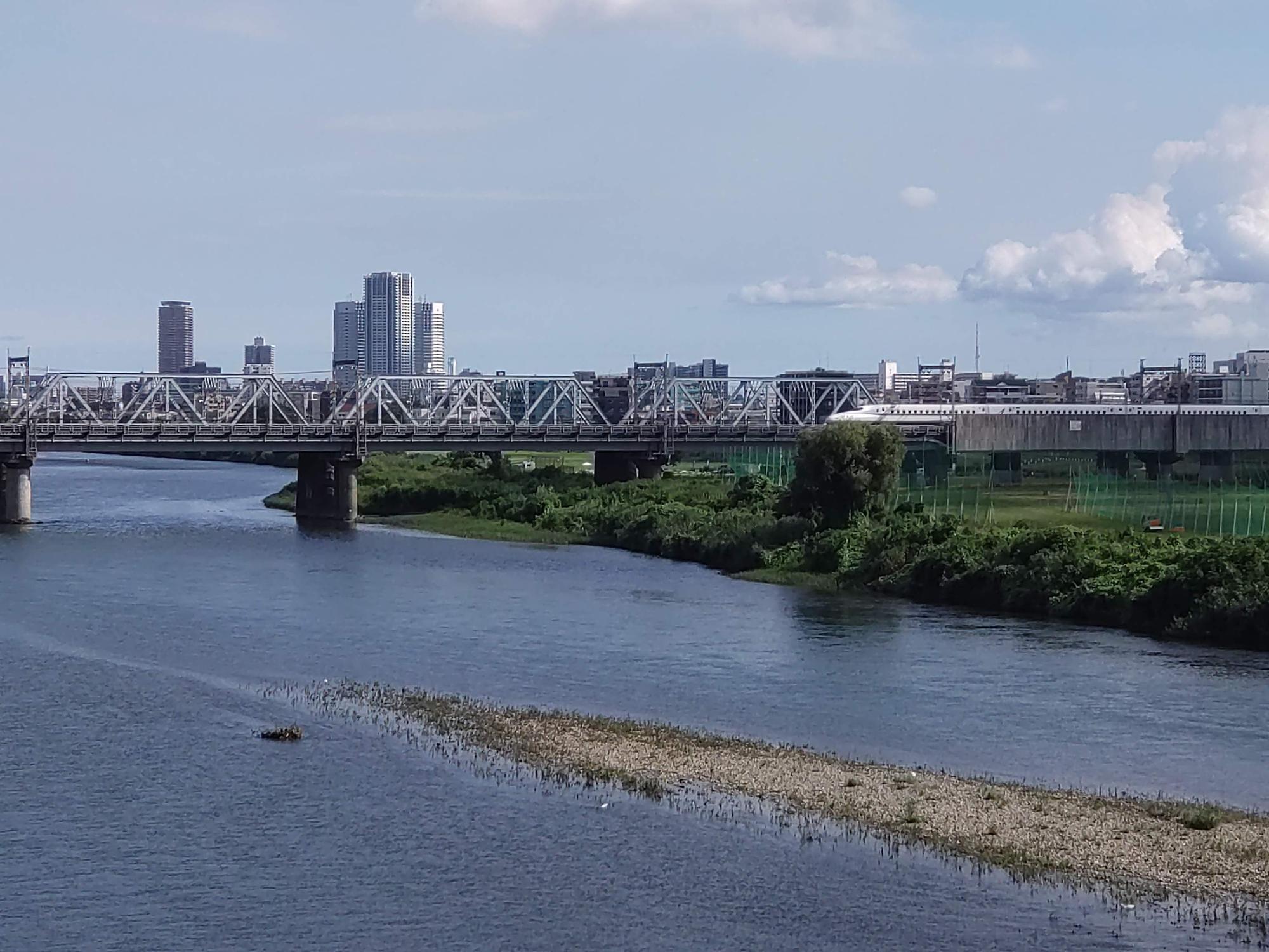 多摩川を渡る東海道新幹線