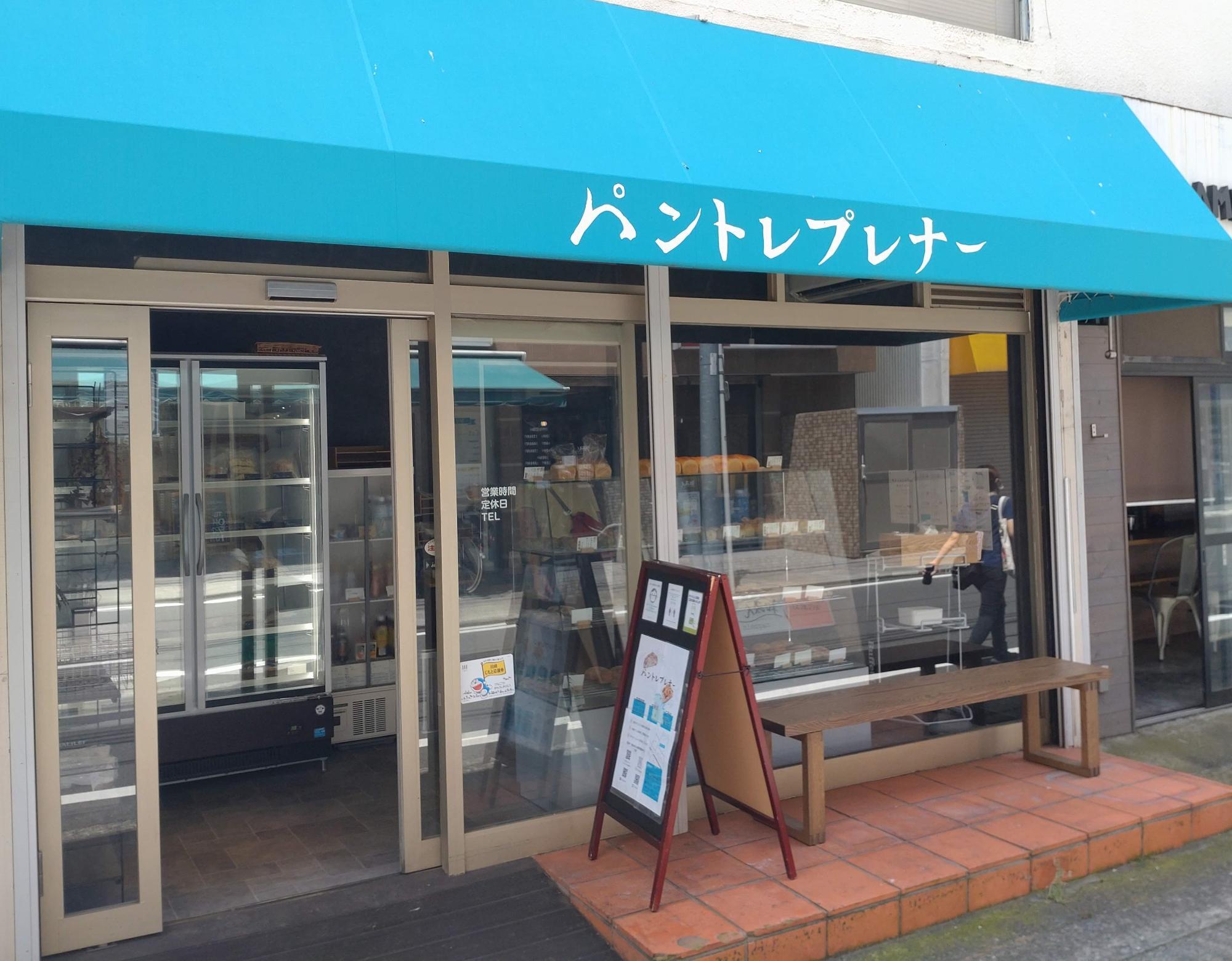 青い屋根が目印。店外にはベンチもあります。