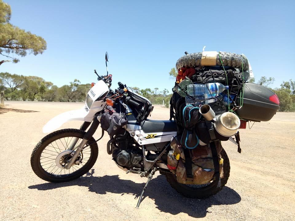 筆者がかつてオーストラリアを一周した時のバイク 積載が多く重心が高くなり運転中も不安定だった