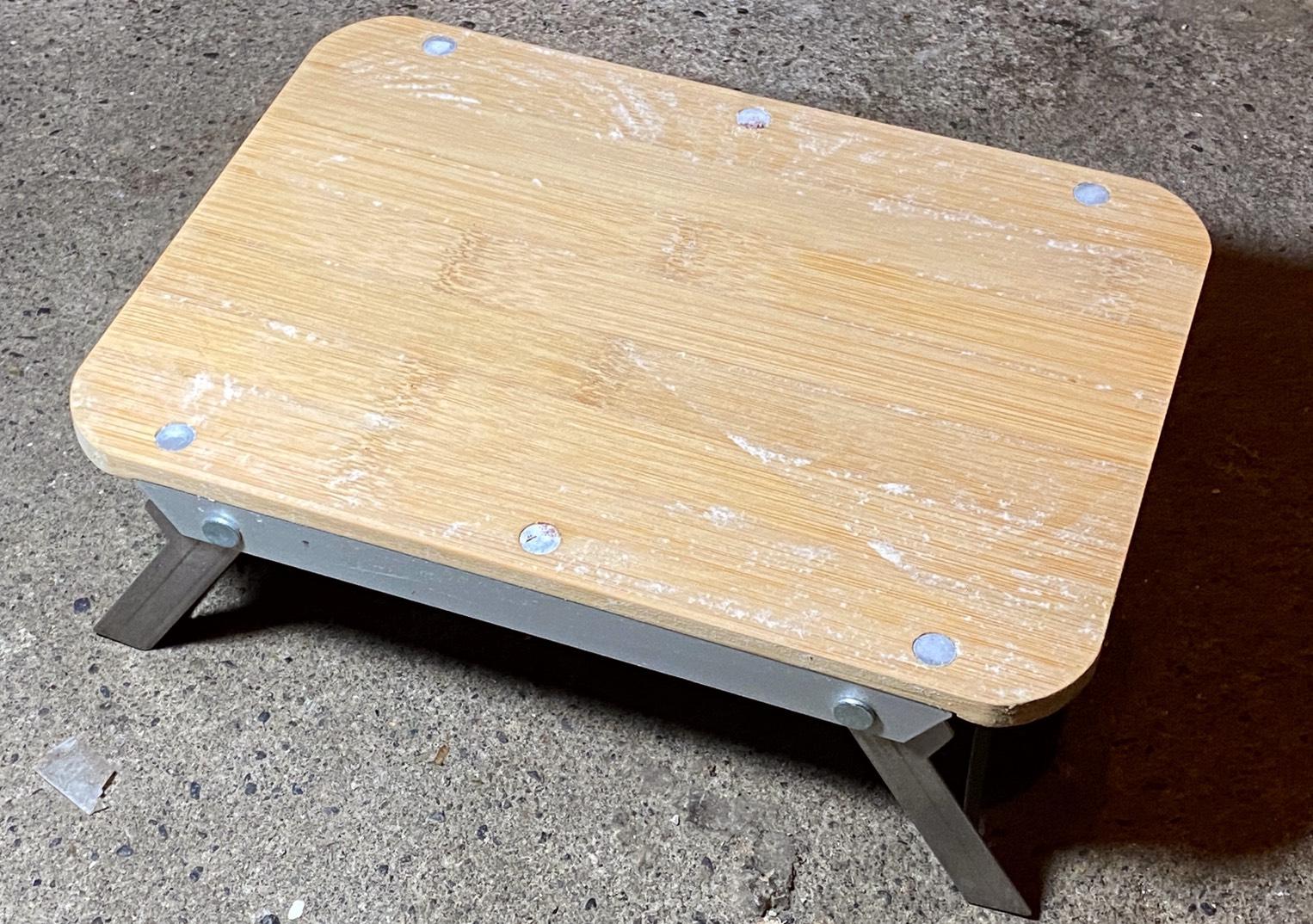 竹製のミニテーブルには白いカビがびっしり