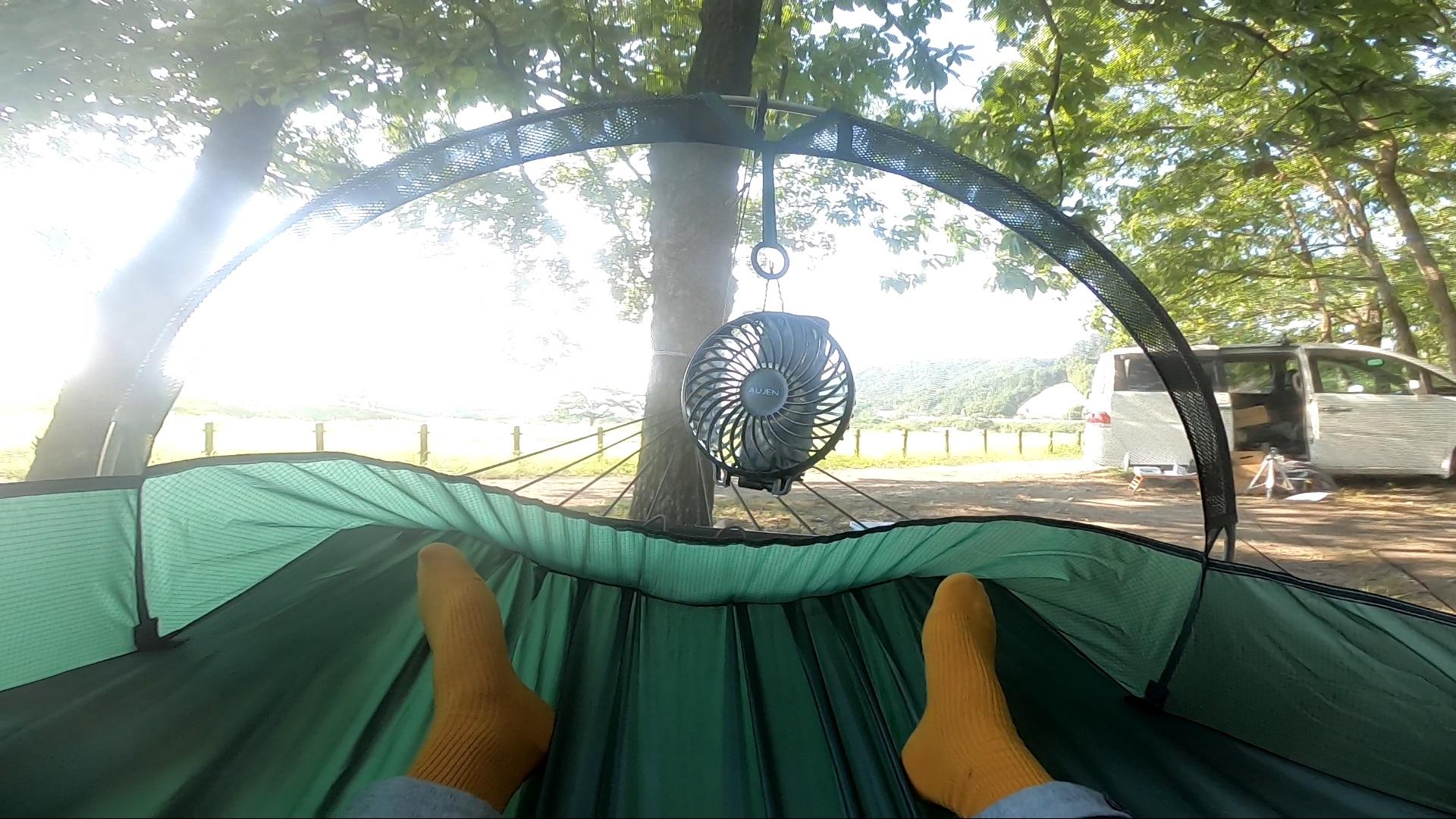 ハンモックに扇風機を吊り下げて換気することもある (画像はフライシートを外したハンモック)