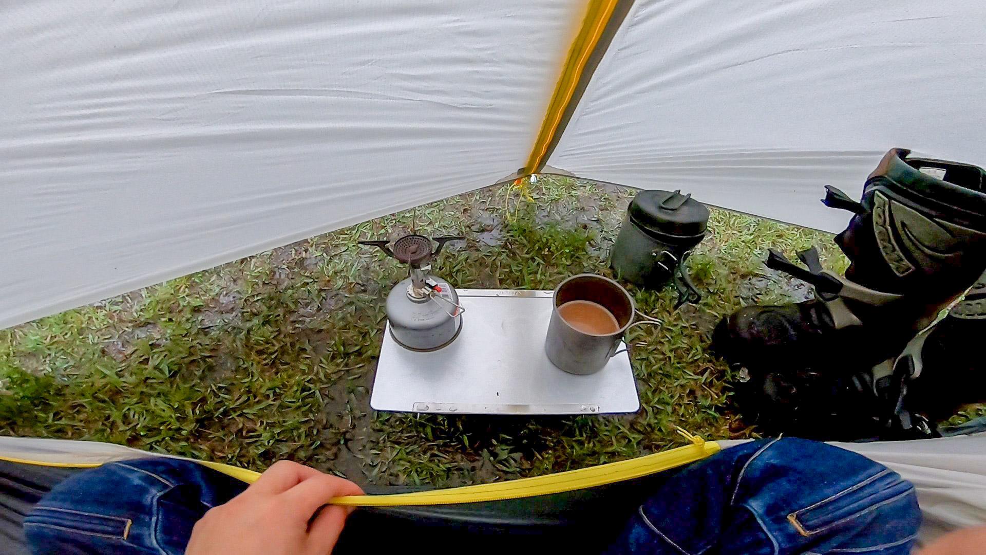 前室内でお湯を沸かすと蒸発した水分でテント内が水滴だらけになってしまう