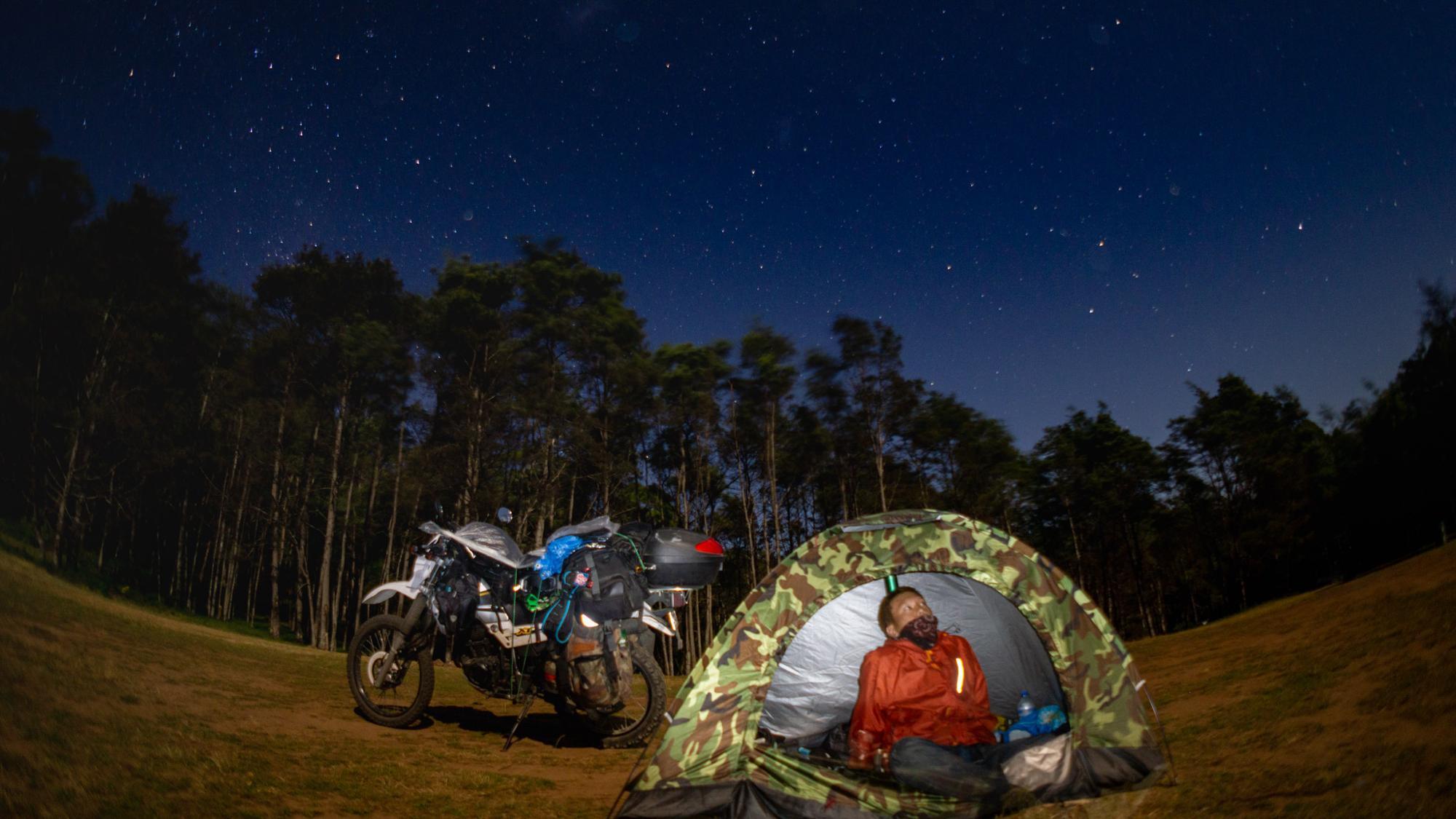 テントの中にある緑色の物がライト