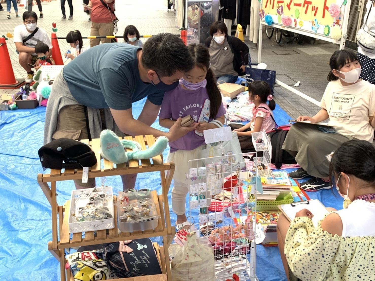 パパといっしょに来た女の子も、お買い物のお勉強。