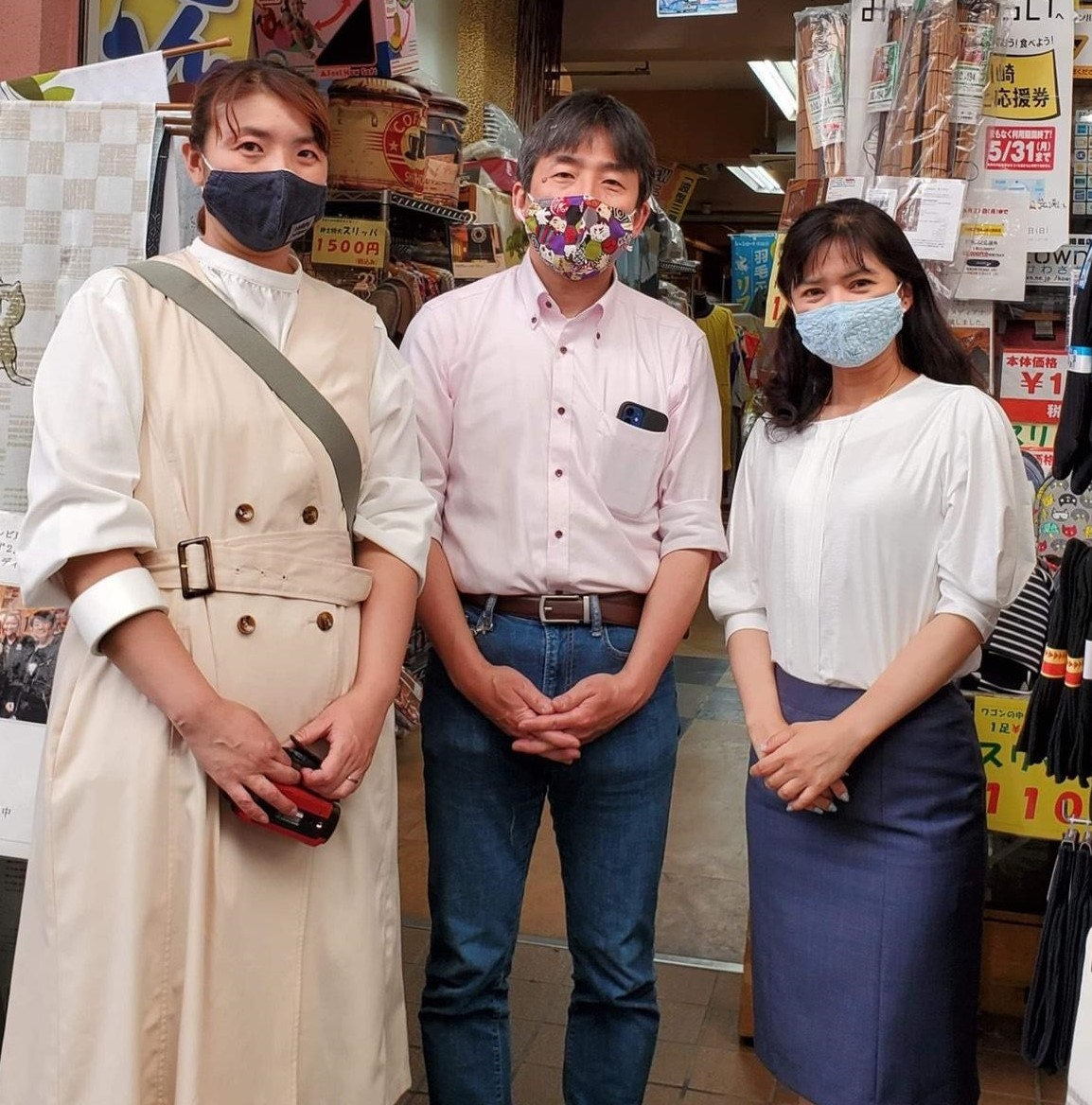 川崎銀座街理事長の小林一三さんと、「キッズマルシェ」を企画した川崎区盛り上げ隊!のママたち