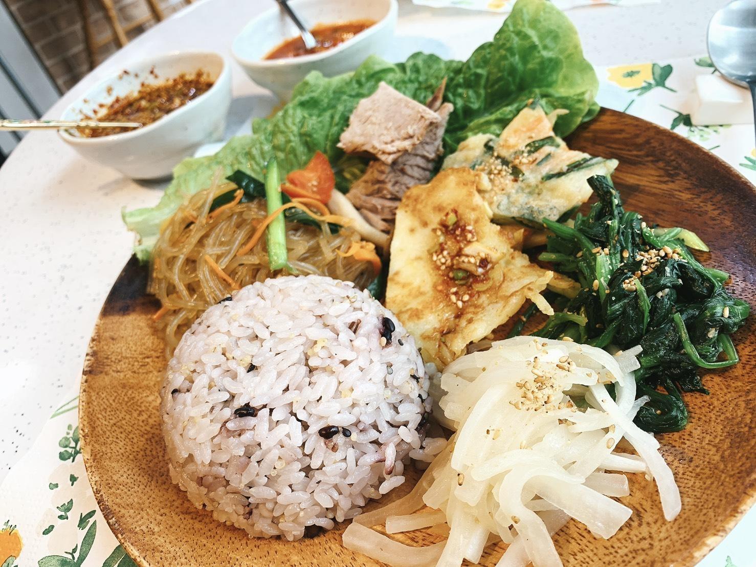 この日のカフェメニューはチヂミをメインとした韓国料理のワンプレートランチ。野菜をたっぷり使った手作り料理もサララの魅力のひとつ!