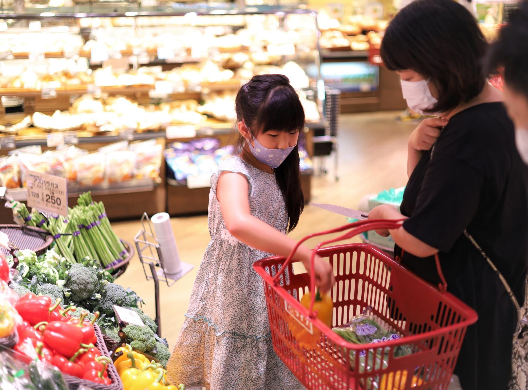 「パプリカは野菜かなー?」と考えながら食材を慎重に選択。