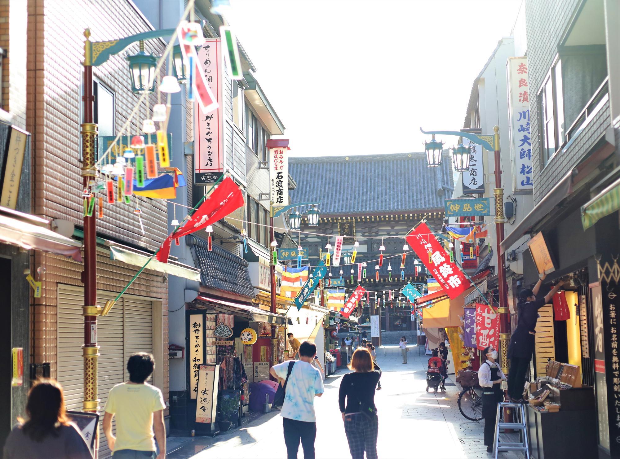 仲見世通り。商店街のいたるところに日本全国45都道府県の風鈴が並び、涼やかな音色が響く。