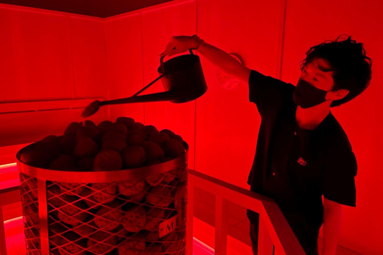 「Fire Red」は茶葉ブランドの「EN TEA」がロウリュウ用に配合・焙煎した「ほうじ茶」のアロマが室内に広がります