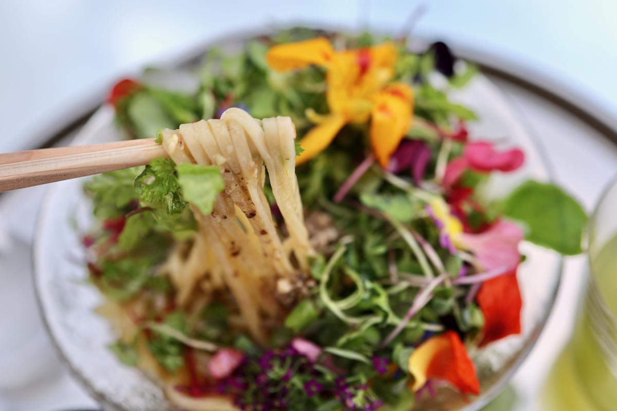 つるつる食感の自家製中太麺