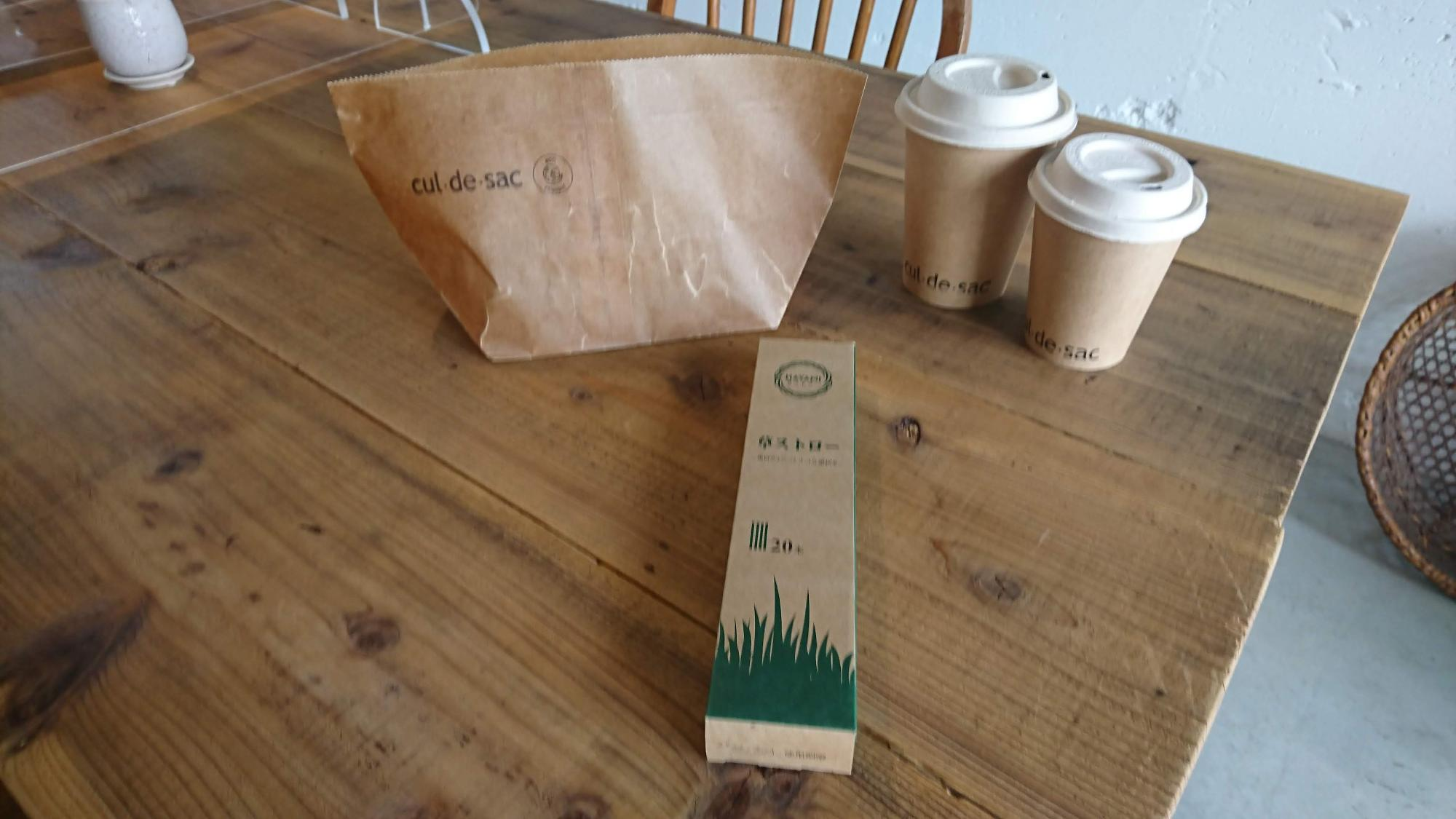 「草ストロー」は使い心地がやさしく、味もしません。購入も可能です。テイクアウトもなるべくプラスチック容器を避けているそう。