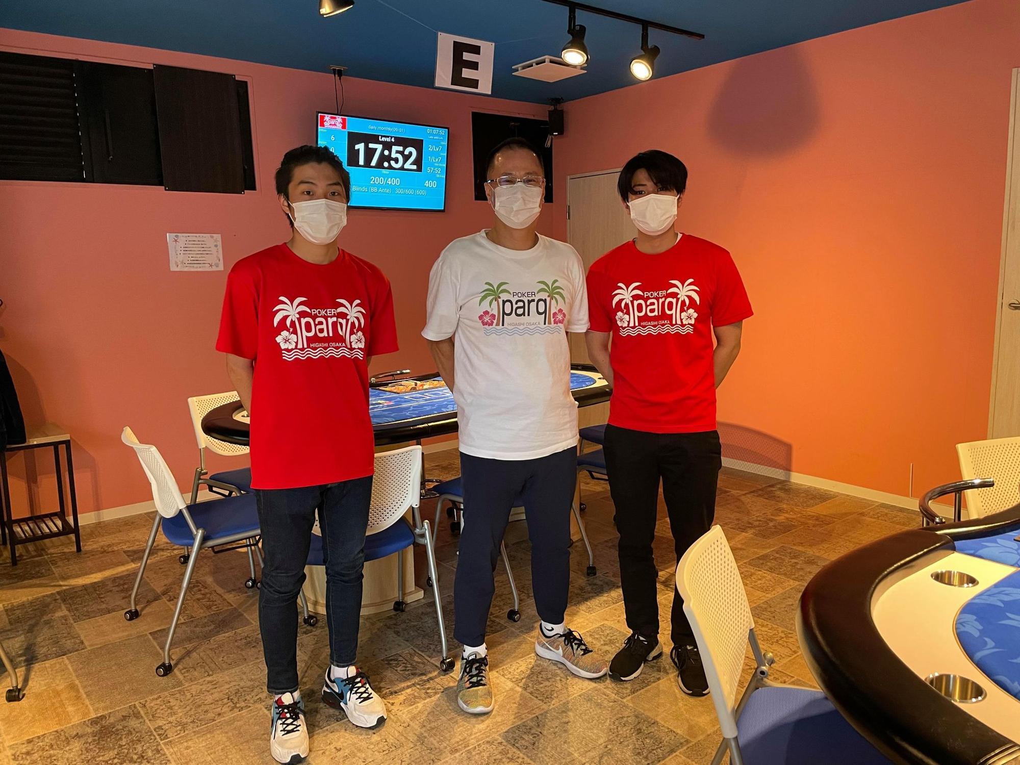 オーナー 三久保城司さん(中央)と、スタッフさん
