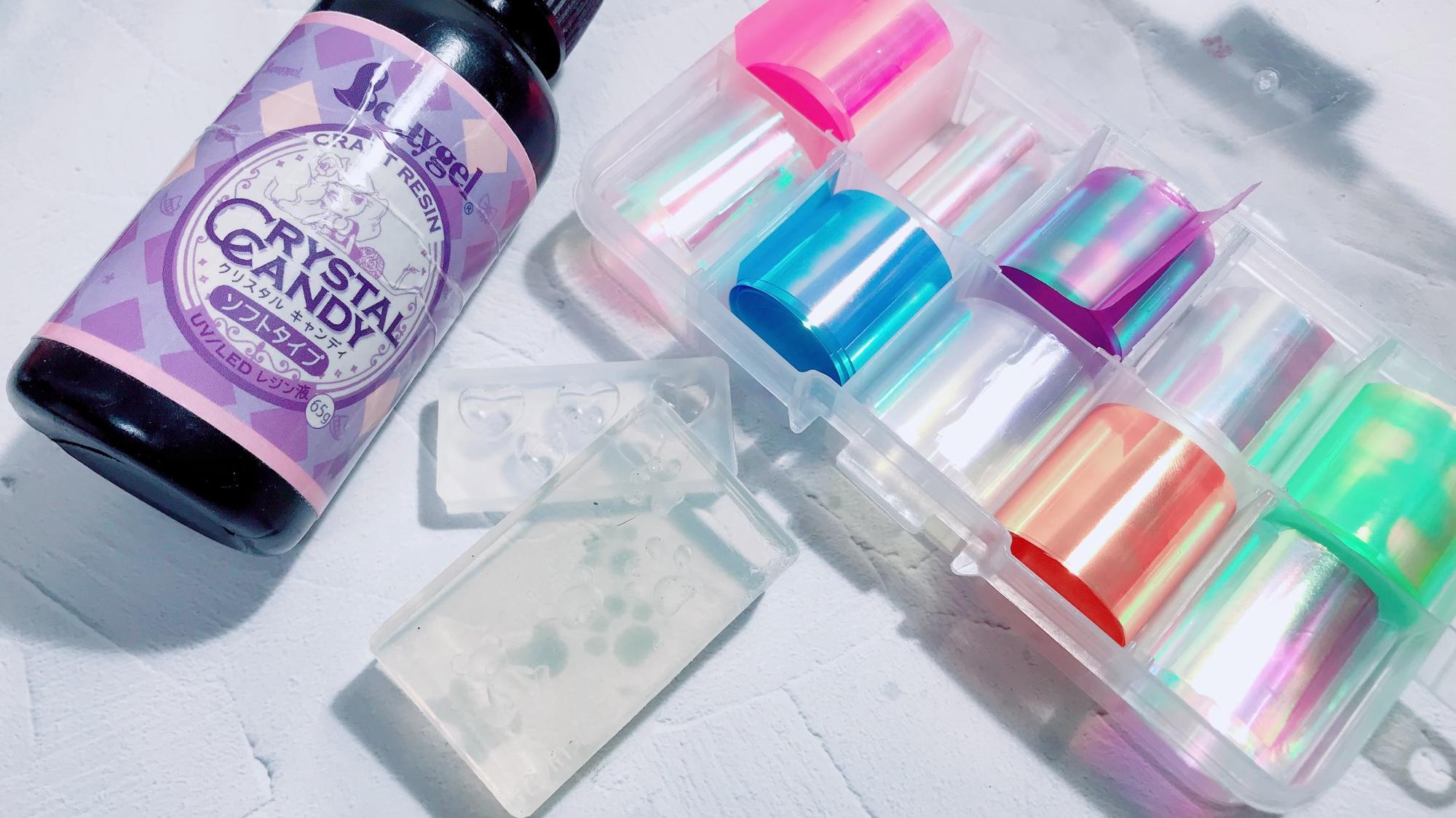 左からクリアレジン(Betty gel クリスタルキャンディ)・シリコンモールド(PREANFA くま)・オーロラのフィルム(PREXY ネイルフィルム10色セット)