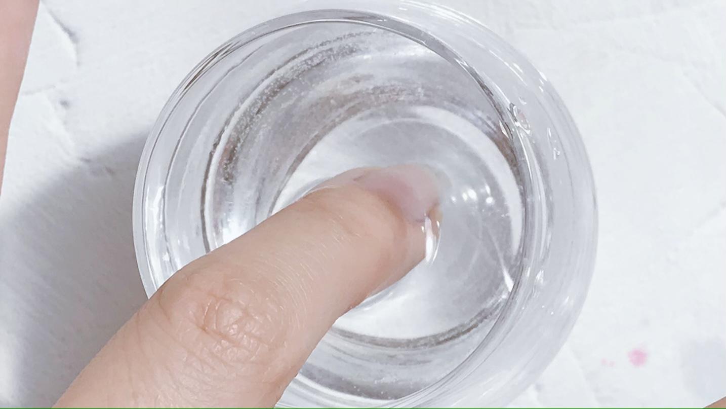 指先をお湯に浸します。