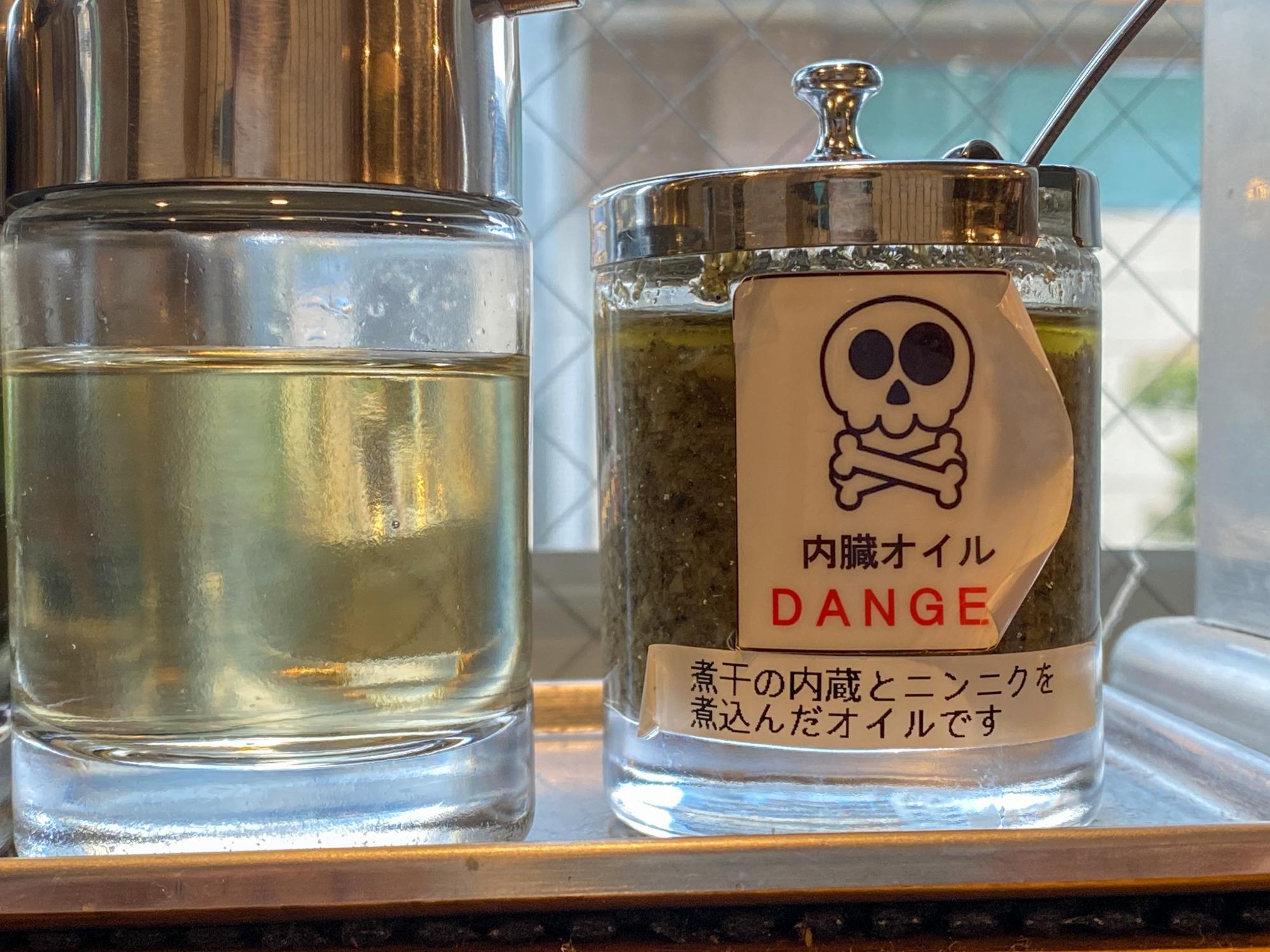 強烈な味わいをする内臓オイル。まずはレンゲにたらしての味見をおすすめします。
