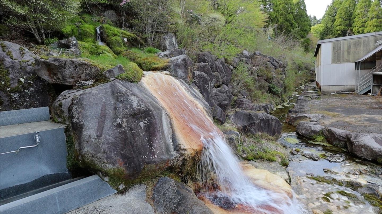 山から湧き出る炭酸水