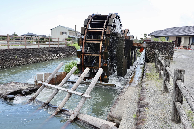 水車の前に堰が設けられている