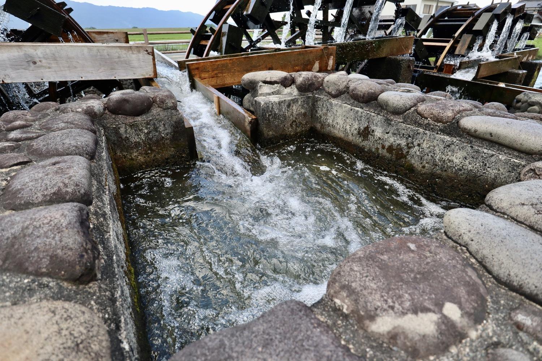 樋に水を流し込む様子