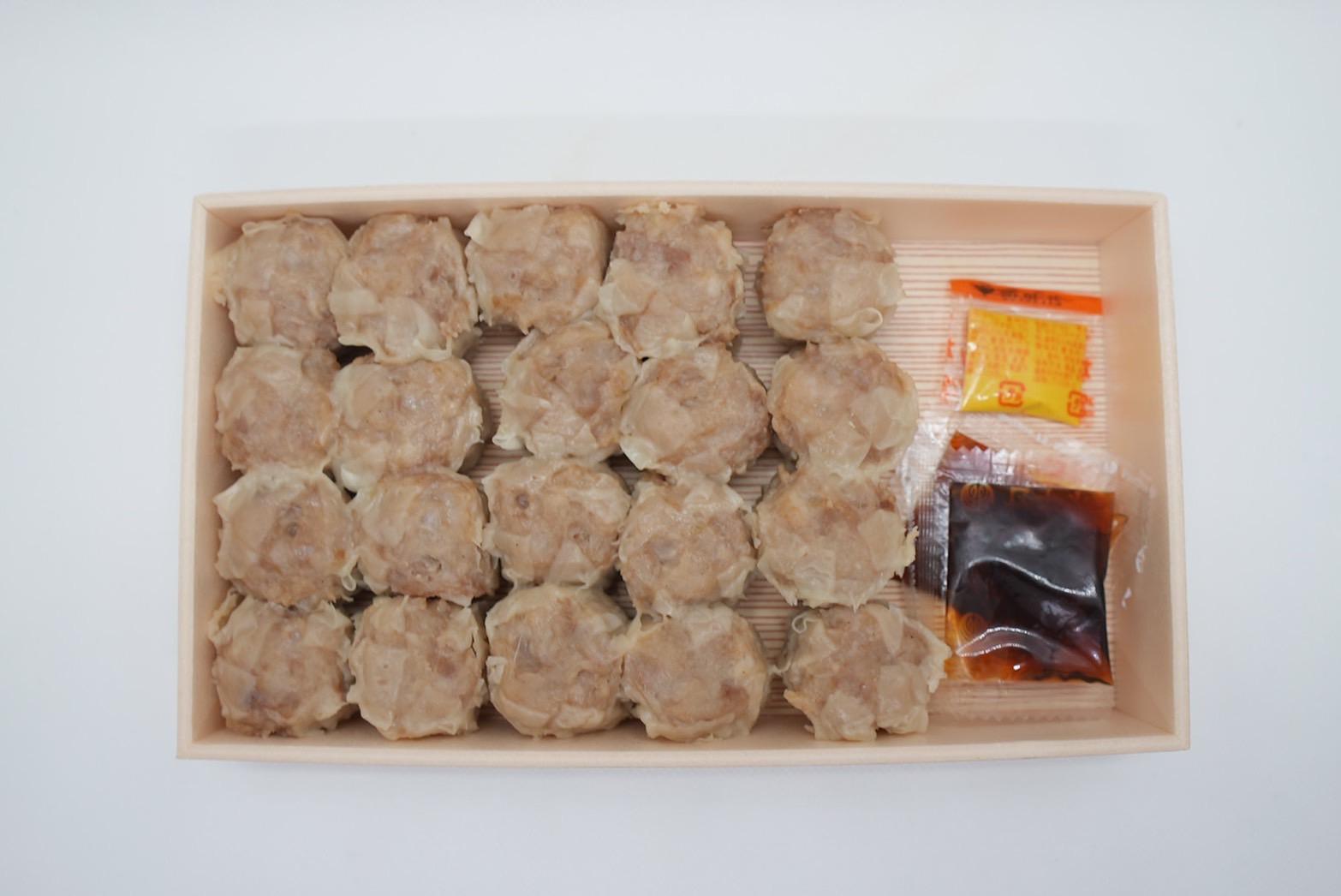 シューマイ20個と特製ダレ2個、カラシが付属しています。
