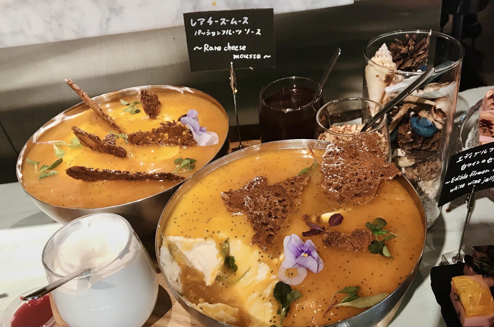 酸味のあるフルーツソースとチーズケーキの組み合わせが絶妙!