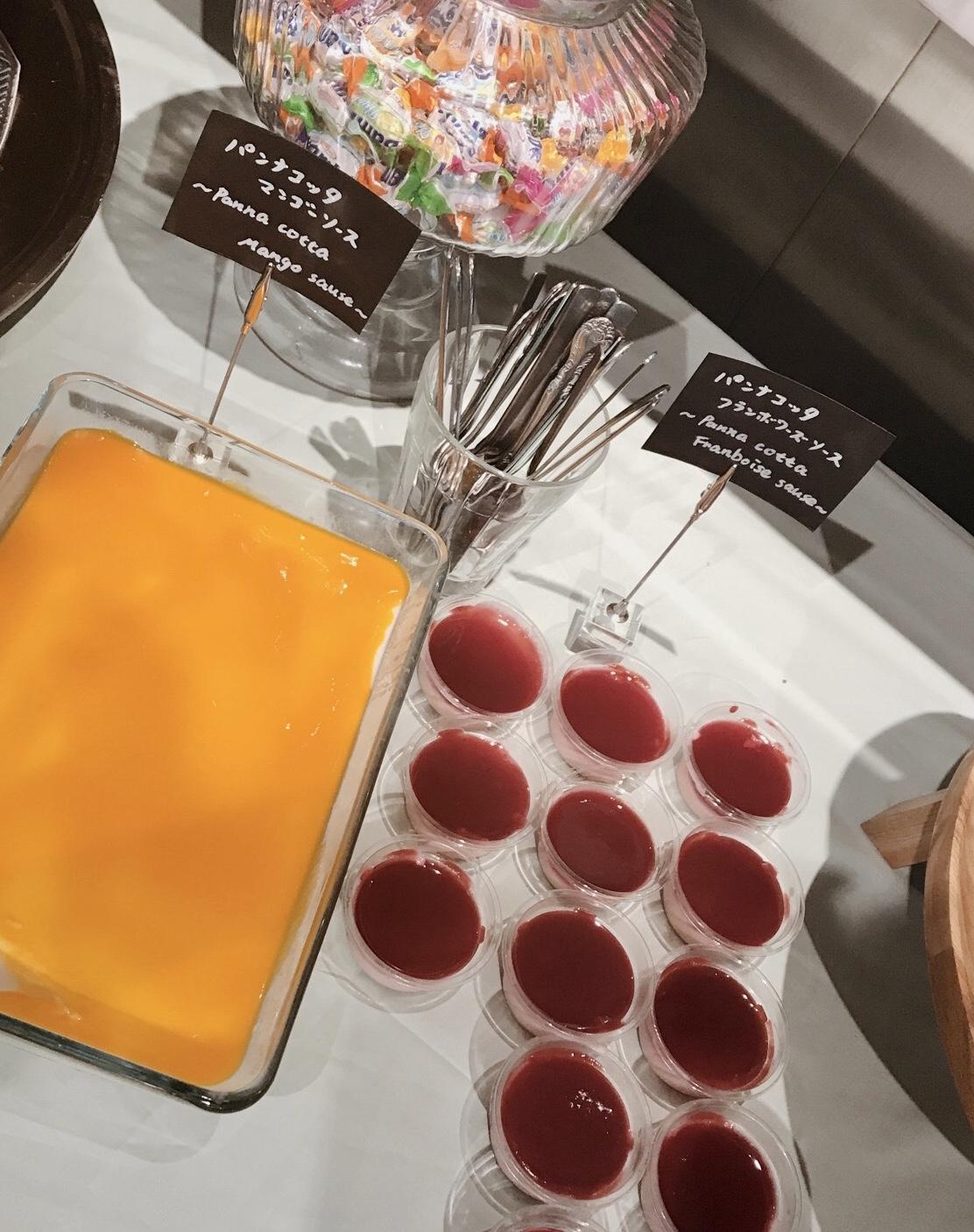 パンナコッタは甘いマンゴーと酸味のあるフランボワーズ(ラズベリー)のソースで。