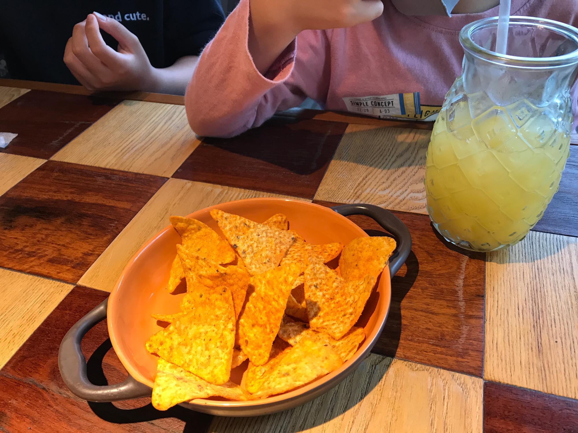 おつまみにもピッタリのチップスと、ハワイテイスト抜群のパイナップルジュース。