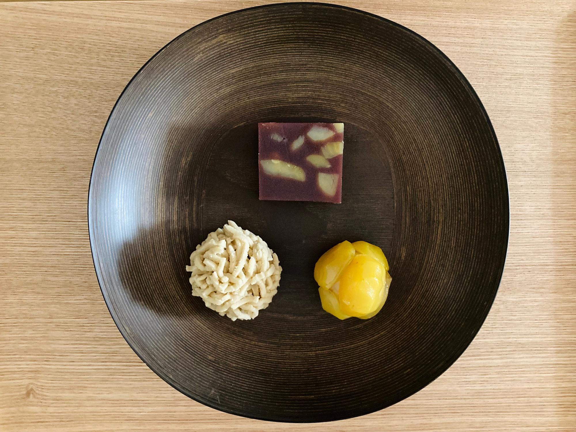 とらやの栗の生菓子3種:中央上「栗蒸し羊羹」、左手前:「栗粉餅」、右手前「栗鹿の子」(各584円)