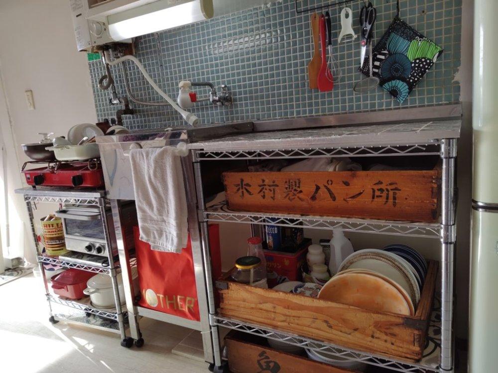 我が家のキッチン。公団型の180センチ幅の流し台を撤去してメタルラックを使ってDIYしています