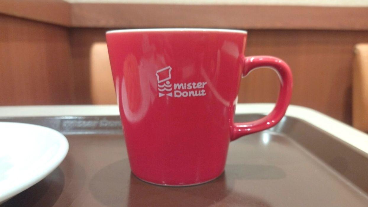 赤いマグカップ。かわいくてテンション上がる。お姉さんがおかわりいかがですかってまわってきてくれました。