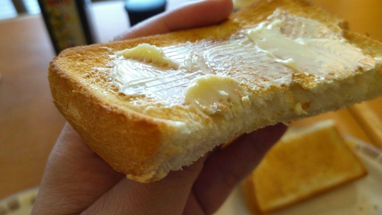 5枚切りぐらいの厚みのスタンダードな食パンがカリッと香ばしくトーストされています。