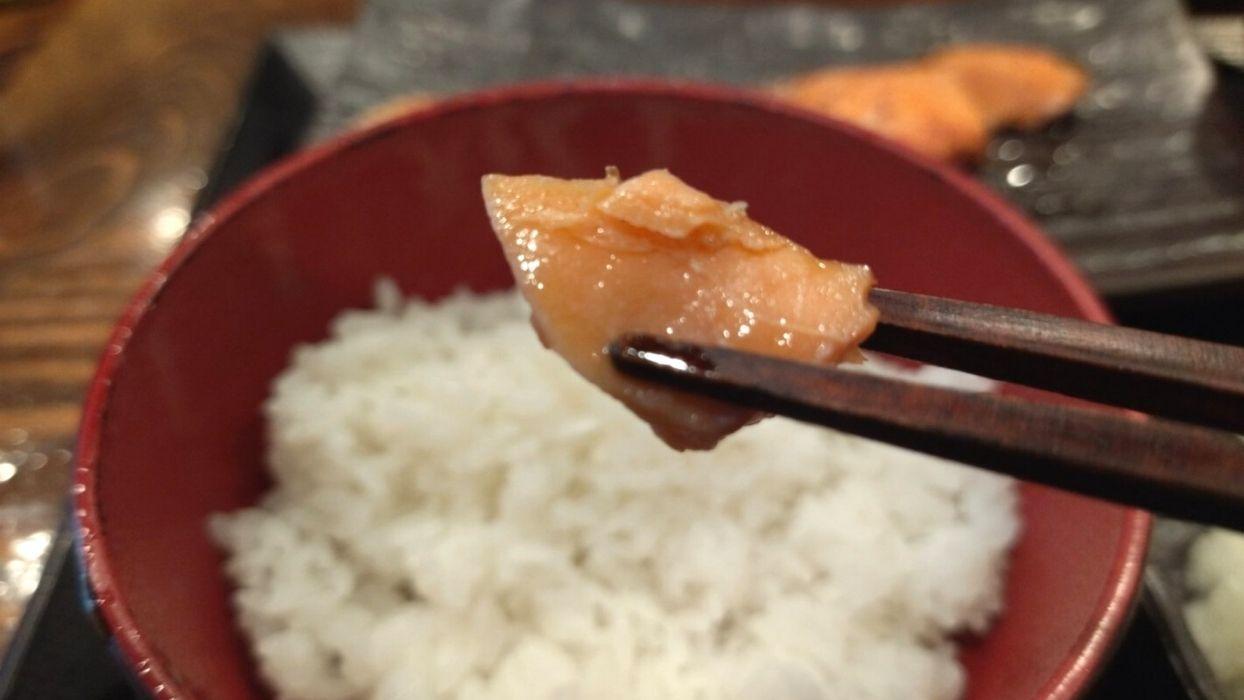 脂がのったつやつやの焼き鮭。塩梅もいい感じです。