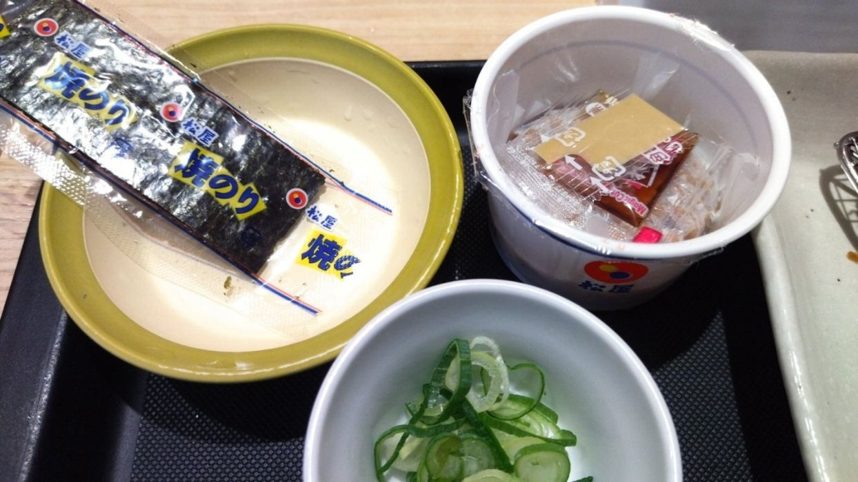 焼き海苔は5枚。小鉢の納豆には小口ねぎもついてきます。