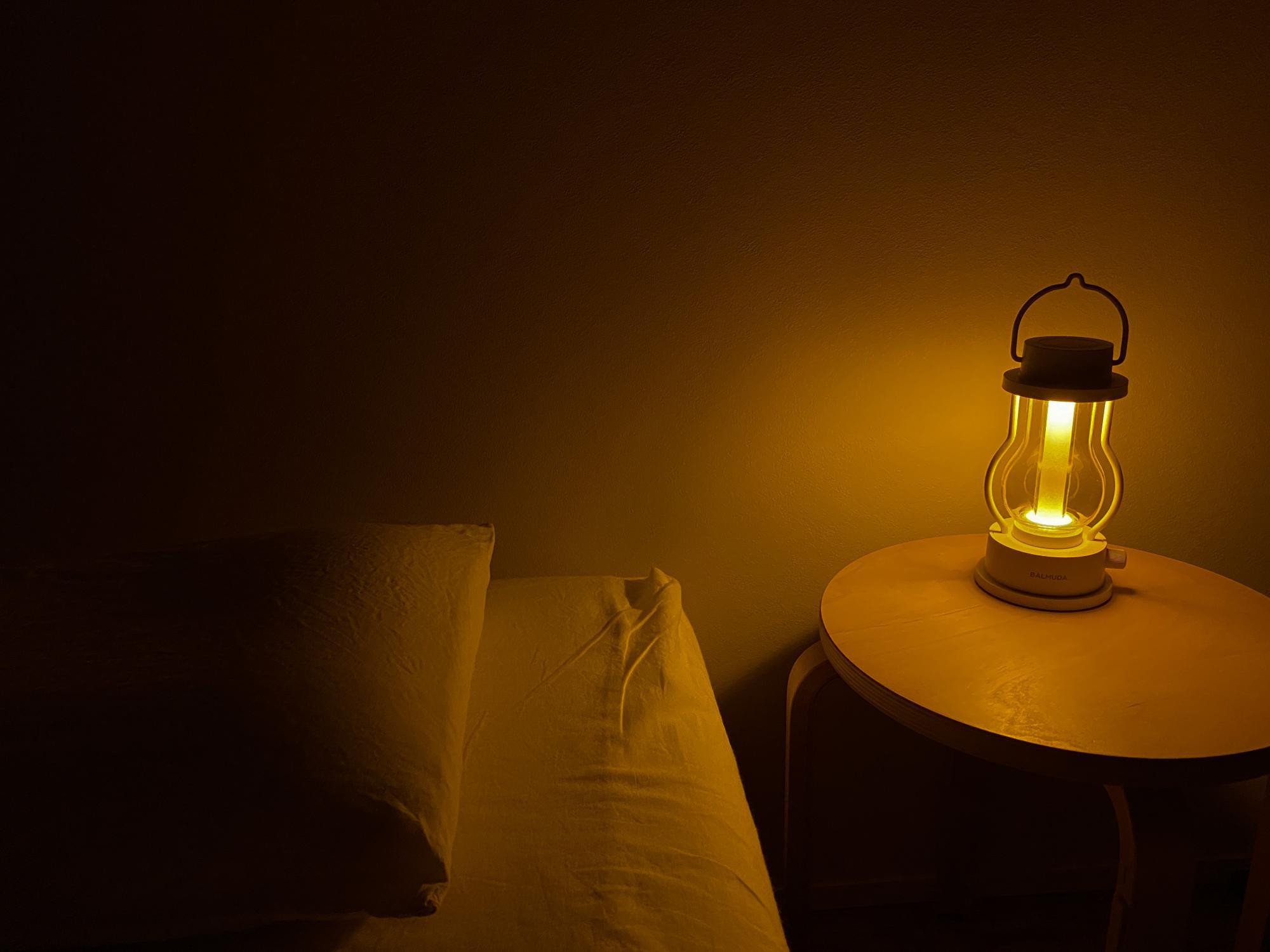 調光できるランタンをベッドサイドに置いています。