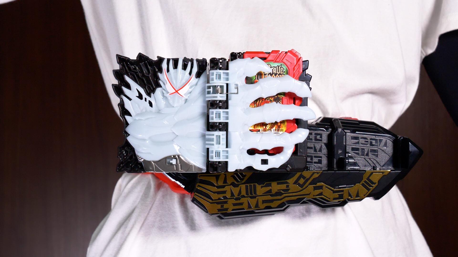 抜刀と同時にプリミティブドラゴンの腕がセットされたブックを掴みます