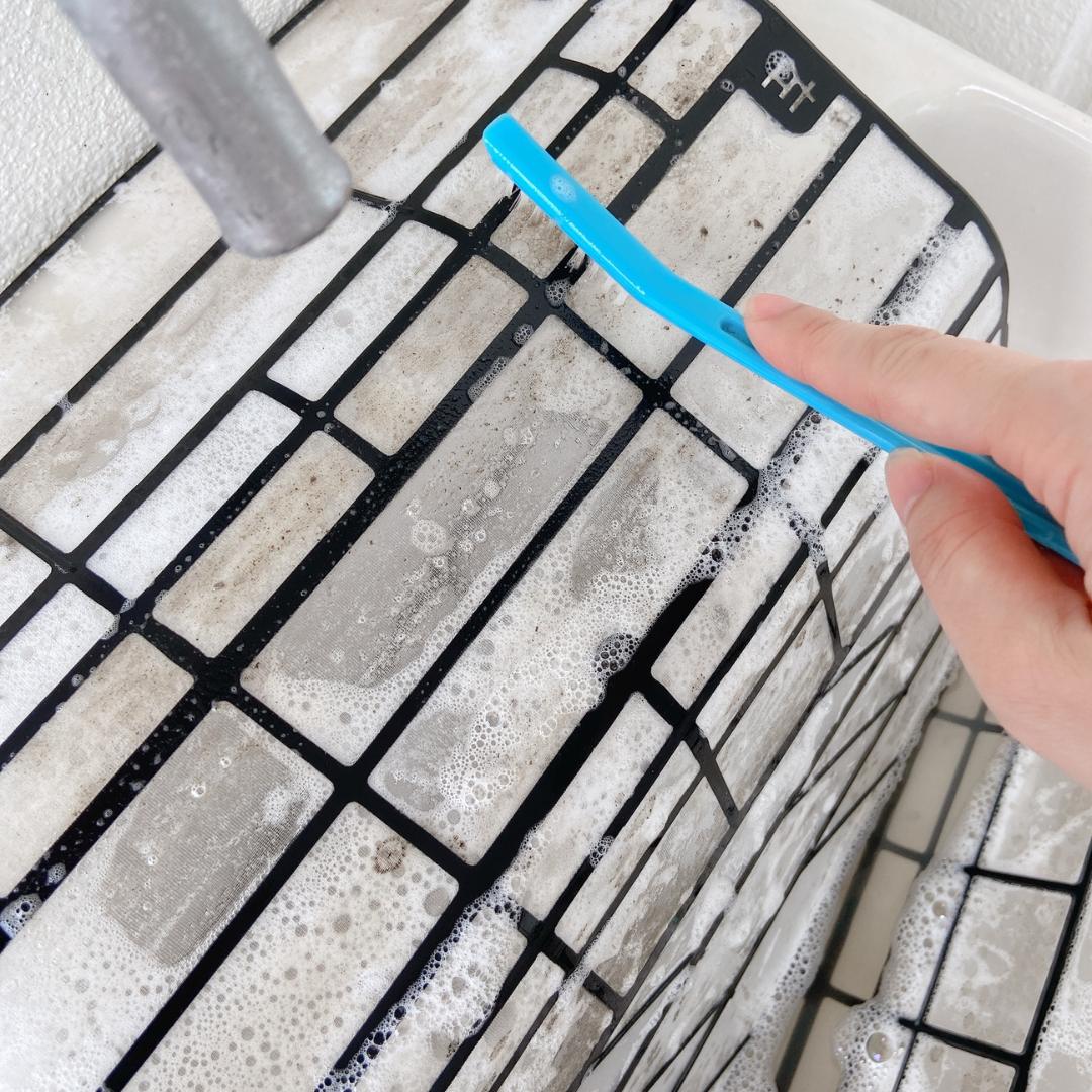 エアコンフィルターの掃除:ブラシでこする