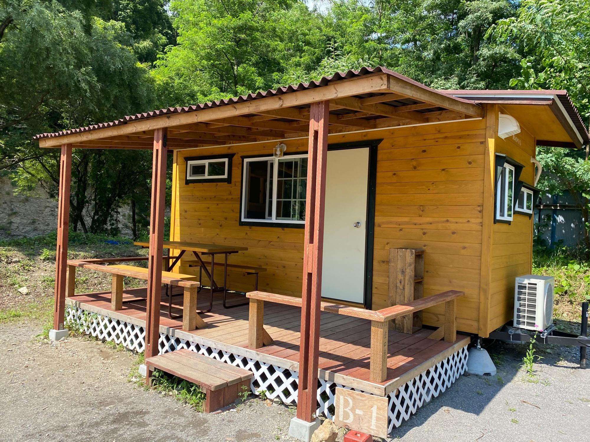 キャンプ初心者のうちは、キャビンやコテージが便利